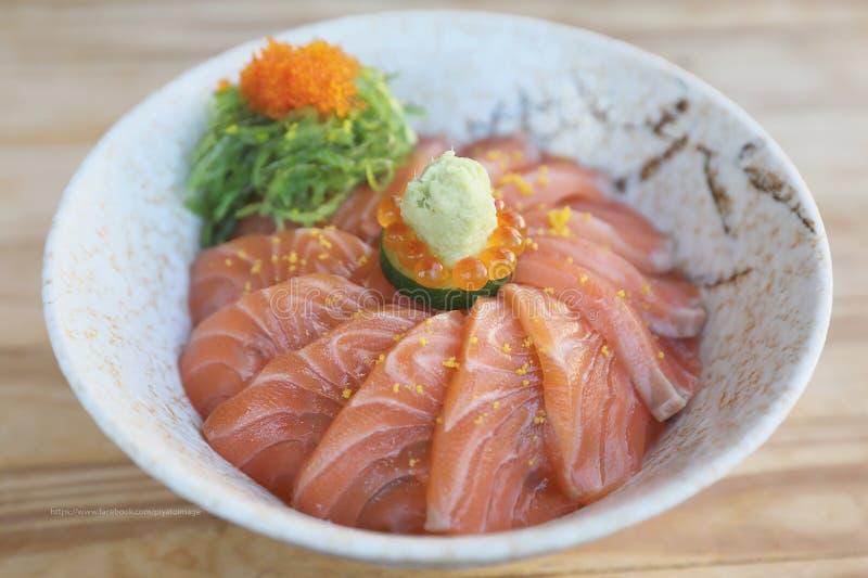 O sushi dos salmões don na tabela de madeira, alimento japonês fotos de stock