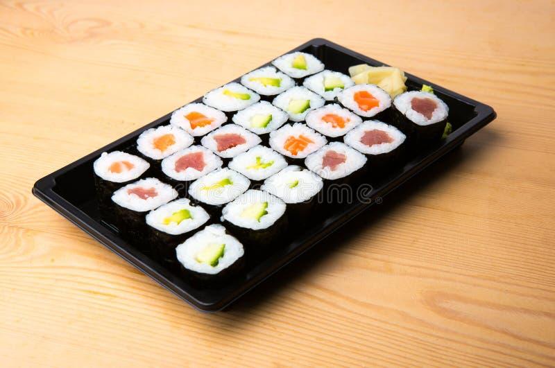 O sushi e o Sashimi rolam em uma tabela de madeira Fresco feito o sushi ajustar-se com salmões, camarões, wasabi e gengibre Cuisi foto de stock
