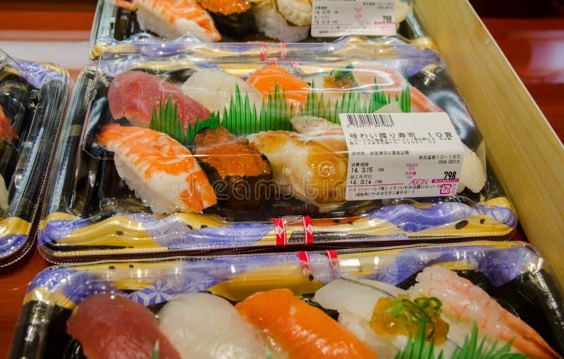 O sushi embala para a venda no mercado japonês do alimento fotos de stock