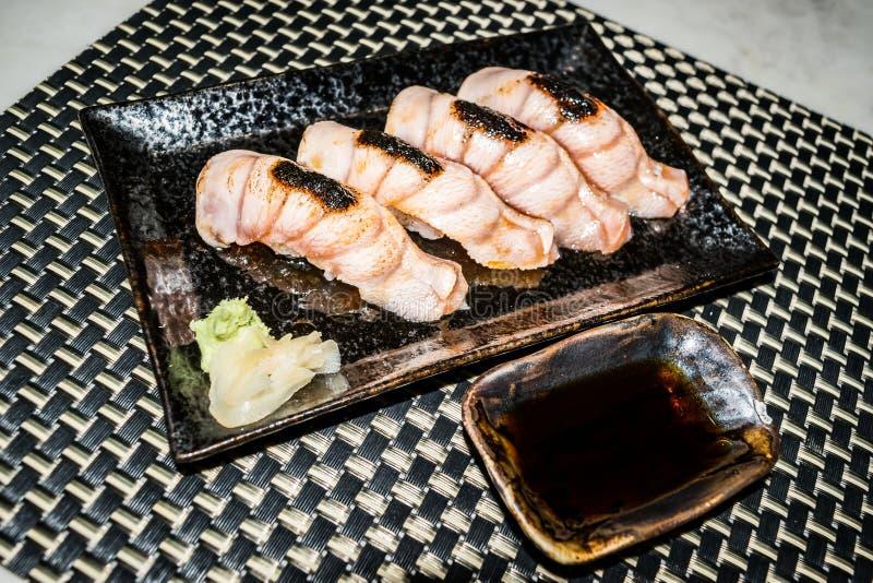 O sushi raro médio da carne em uma placa preta está pronto para servir no estilo japonês imagem de stock royalty free