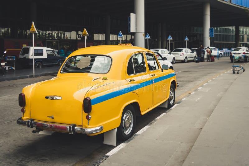 O táxi amarelo indiano foto de stock