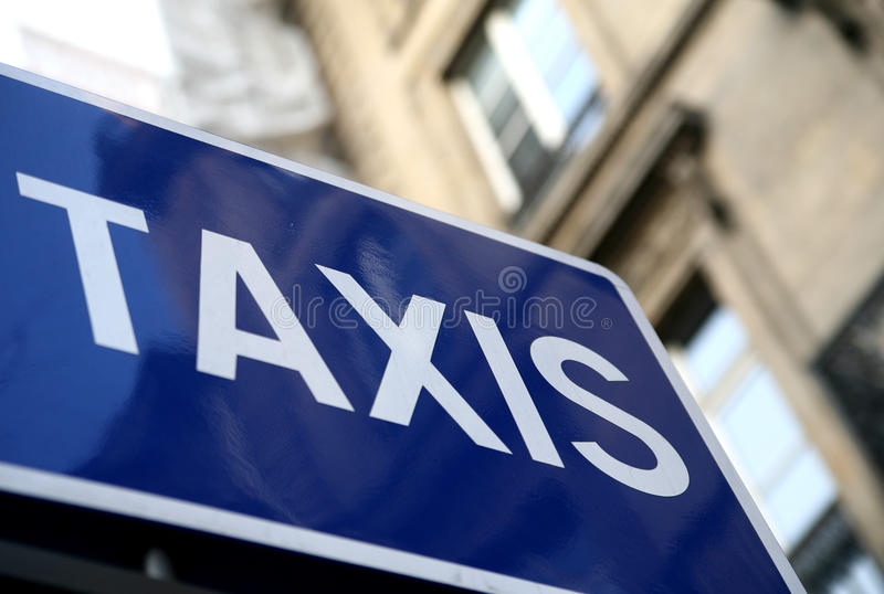 O táxi assina dentro Paris foto de stock