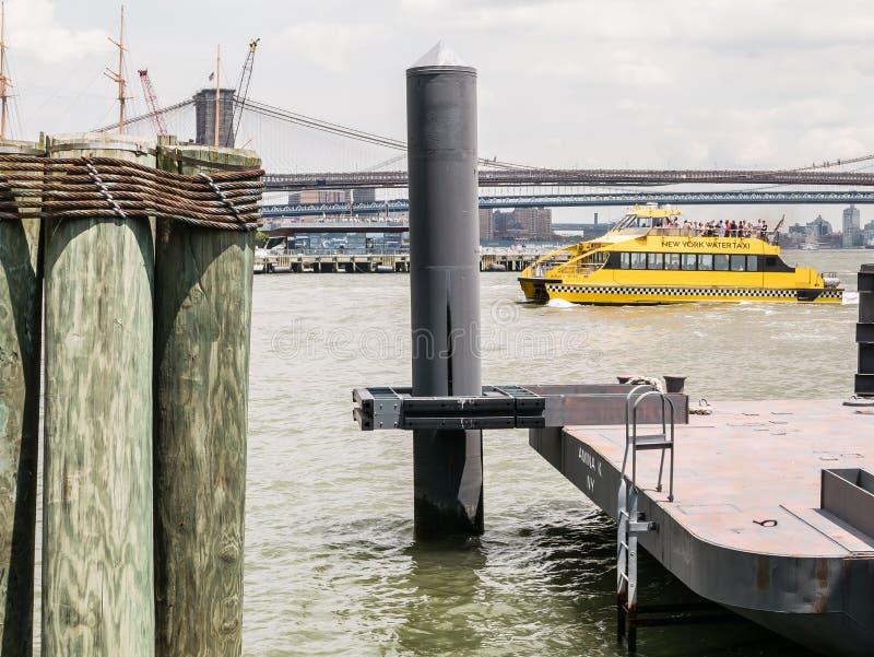 O táxi da água de New York cozinha na frente da ponte de Brooklyn, perto da torta imagens de stock