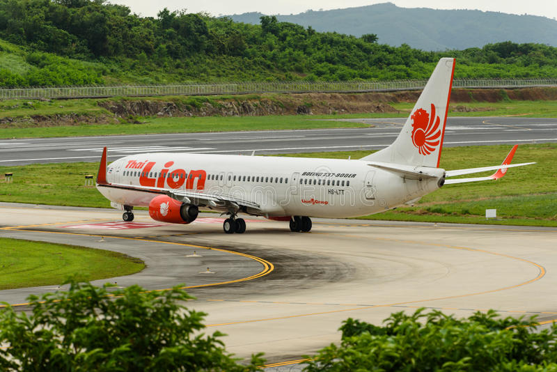 O táxi do avião das vias aéreas de Lionair para decola fotografia de stock royalty free