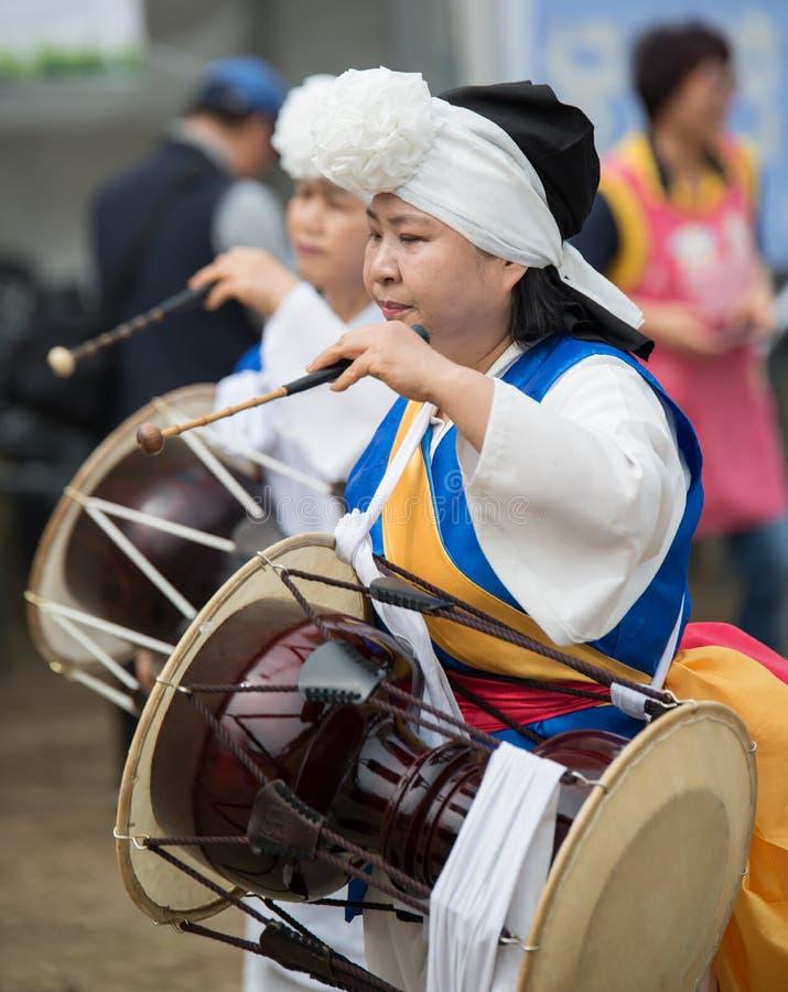 O término dos fazendeiros tradicionais de Coreia mostra, os fazendeiros que a dança ocorreu para comemorar a colheita em Coreia fotografia de stock royalty free