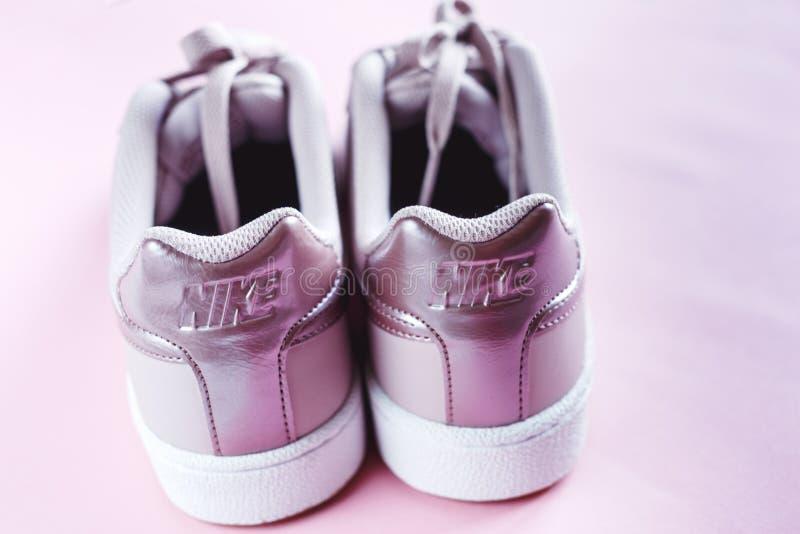 O t?nis de Nike Court Royale aumentou sapatilha cor-de-rosa no fundo pastel cor-de-rosa imagens de stock
