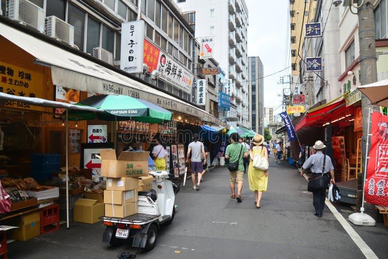 O Tóquio, Tsukiji Japão - 18 de agosto de 2015 - mercado de peixes de Tsukiji é th fotografia de stock