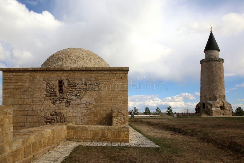O túmulo e o minarete pequeno de Khan imagem de stock royalty free
