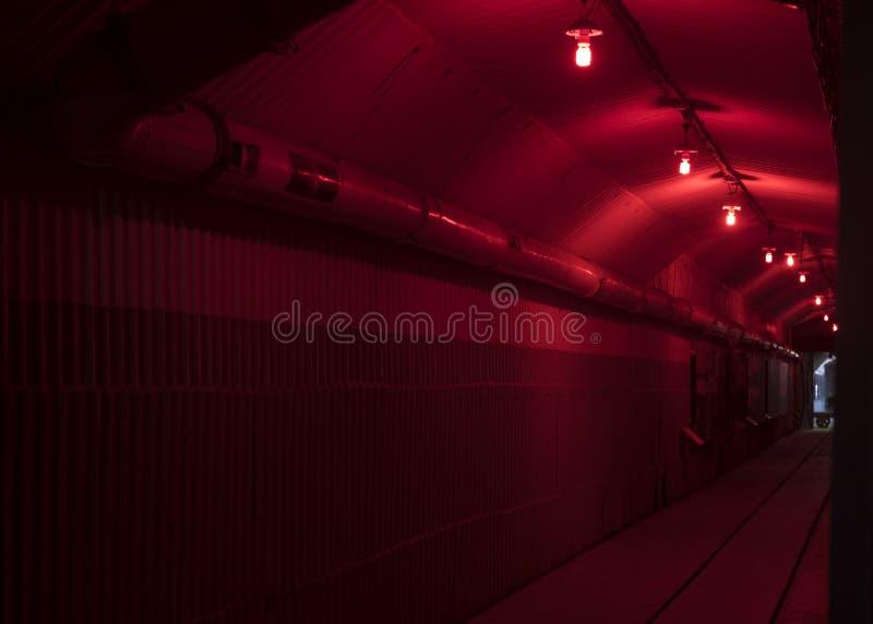 O túnel com iluminação de emergência fotos de stock