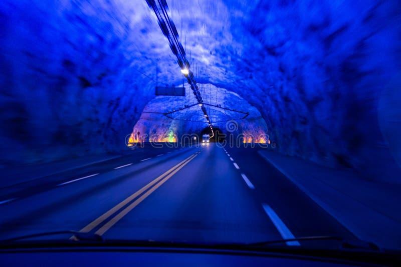 O túnel da estrada a mais longa no mundo Laerdalstunnelen visto de um interior de um carro imagem de stock