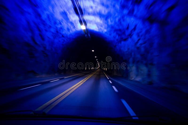 O túnel da estrada a mais longa no mundo Laerdalstunnelen visto de um interior de um carro imagens de stock royalty free