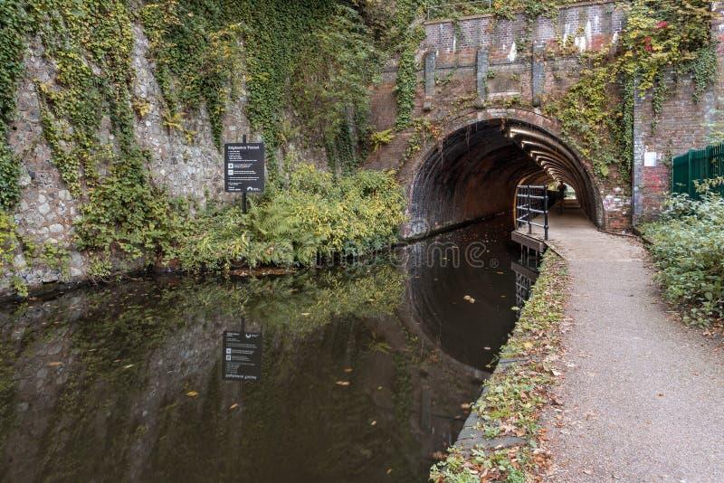 O túnel de Edgbaston, ao longo do Worcester ao canal de Birmingham, em Inglaterra, Reino Unido imagem de stock royalty free