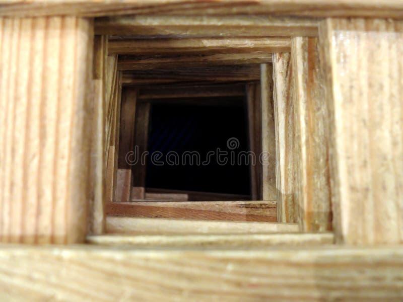 O túnel de madeira ao abismo escuro Os conceitos de afrouxar a esperança, o futuro impossível, o infortúnio e os erros Foco selet imagens de stock royalty free