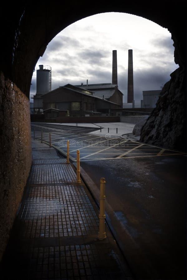 O túnel e a fábrica imagem de stock