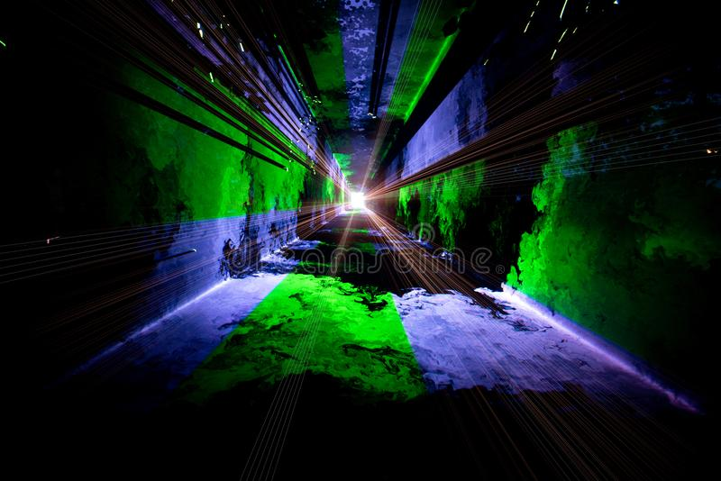 O túnel que conduz para a luz fotos de stock