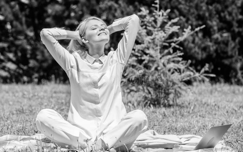 o t Κορίτσι meditate στο πράσινο υπόβαθρο φύσης λιβαδιών χλόης κουβερτών Βρείτε στοκ εικόνες με δικαίωμα ελεύθερης χρήσης
