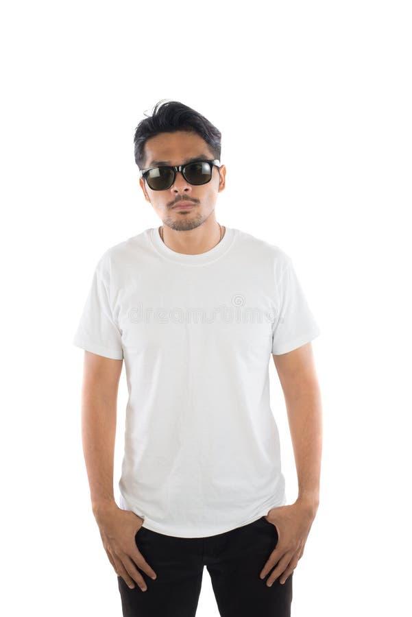 O t-shirt branco em um homem novo do moderno isolou o fundo branco foto de stock