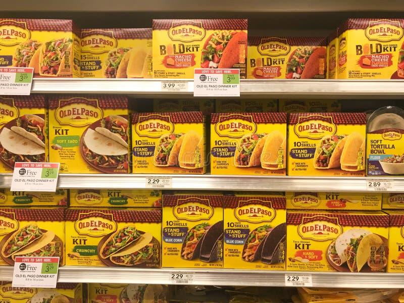 O taco velho de El Paso descasca para a venda em uma mercearia fotografia de stock