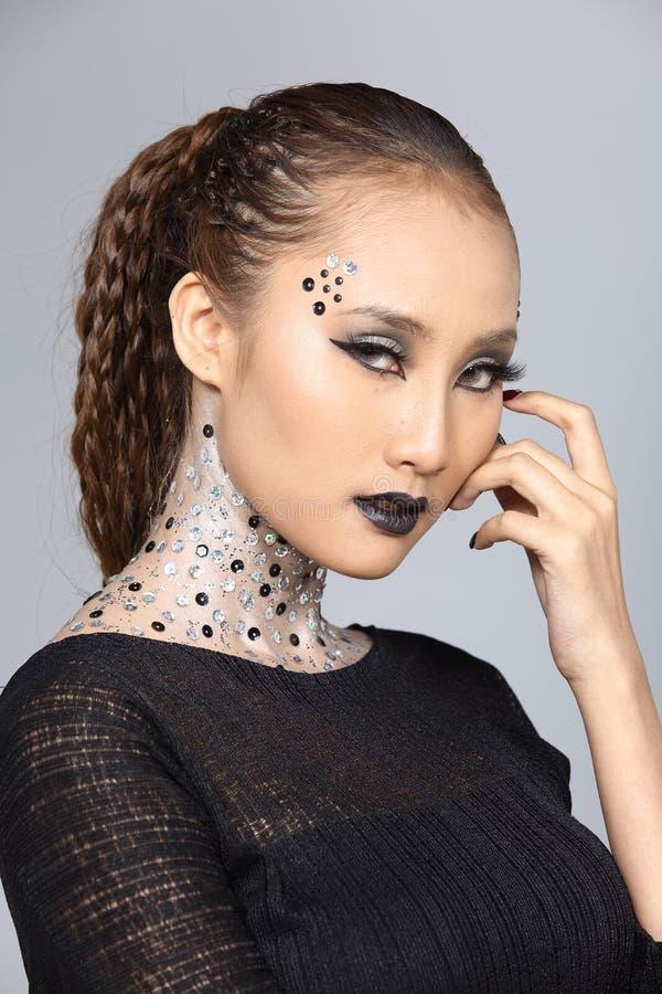 O talento criativo extravagante compõe e penteado em bonito asiático fotografia de stock royalty free