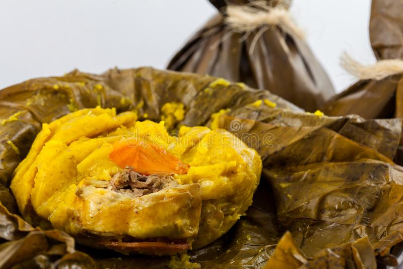 O tamale colombiano tradicional como feito na região de Tolima isolou o imagens de stock