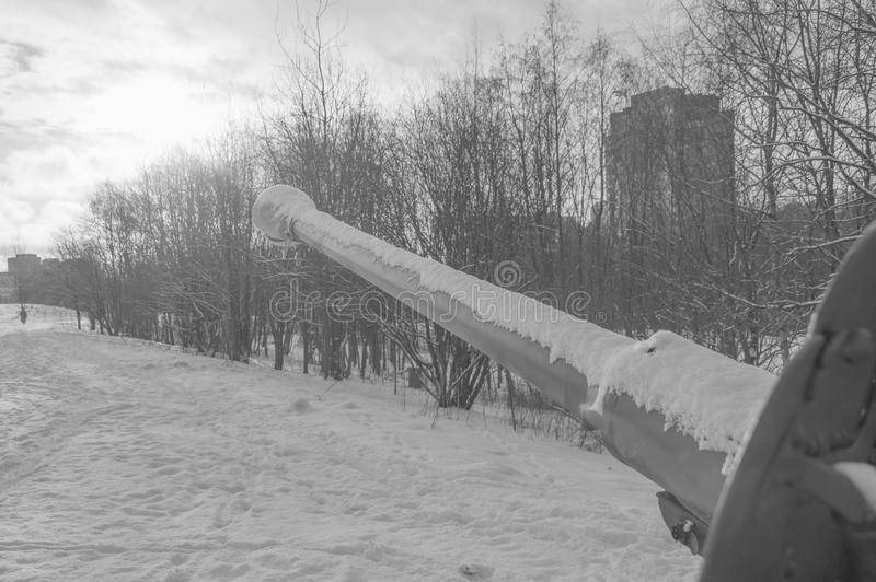 O tambor de arma olha ao céu ensolarado, preto e branco fotos de stock royalty free