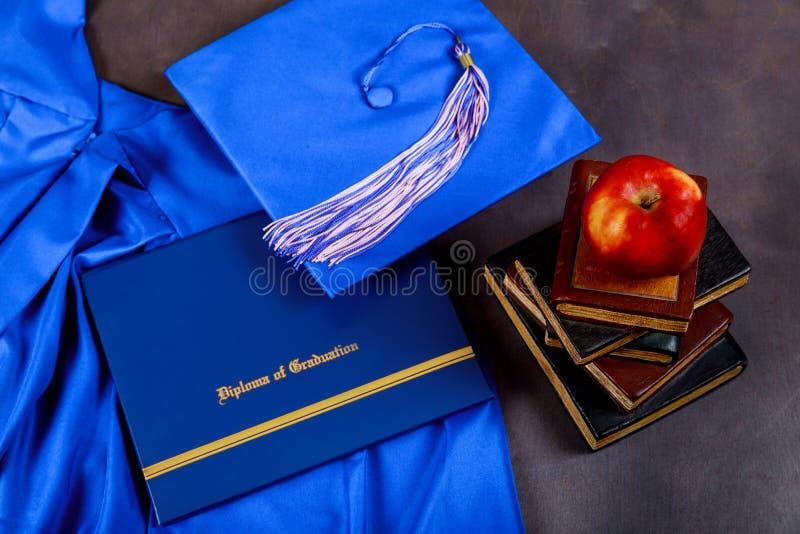 O tampão puseram sobre o livro e habilitado no conceito graduado da educação foto de stock royalty free