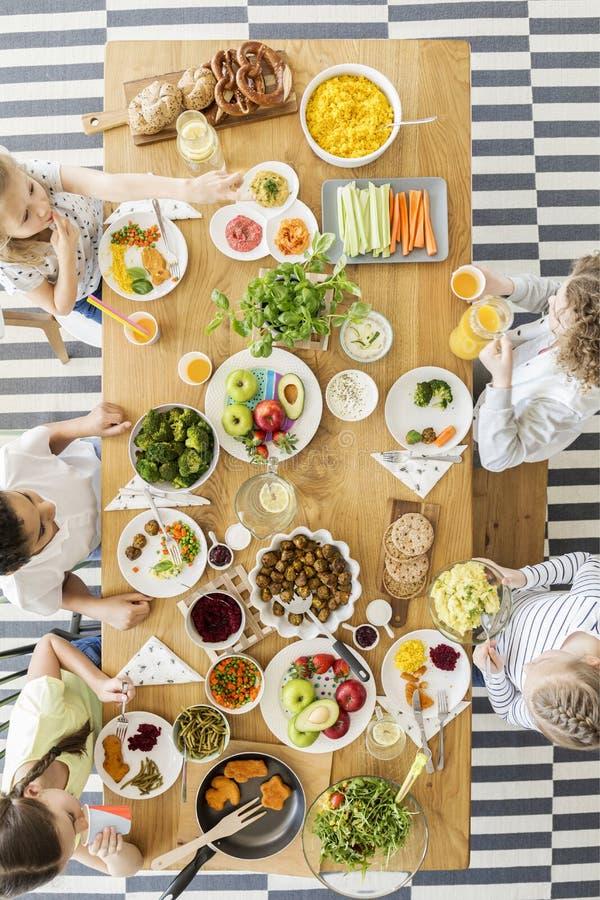 O tampo da mesa de madeira com vegetais coloridos, fruto, cozinhou pratos imagens de stock