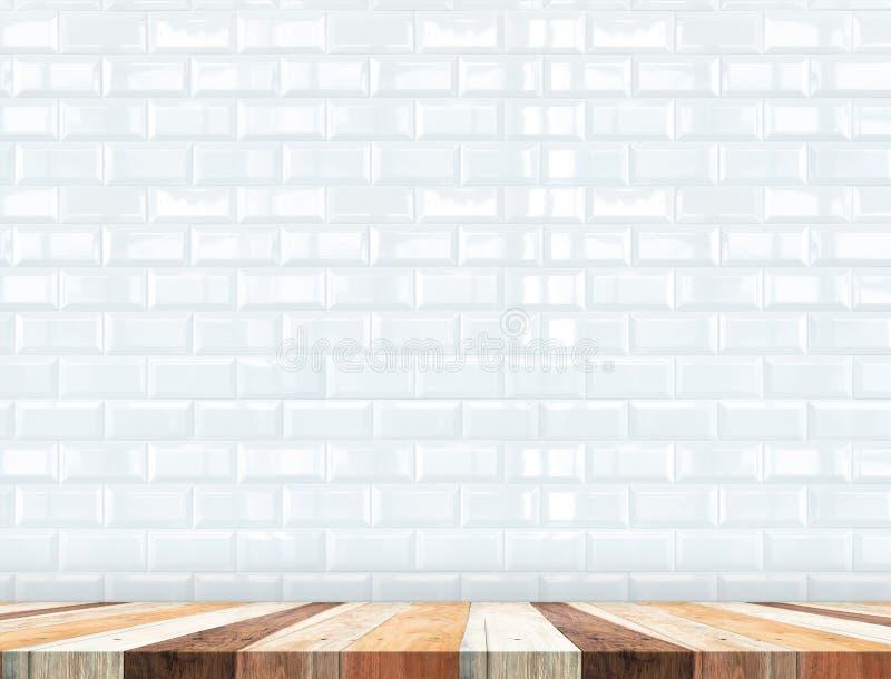 O tampo da mesa de madeira tropical vazio com telhas brancas mura, zomba acima para trás foto de stock