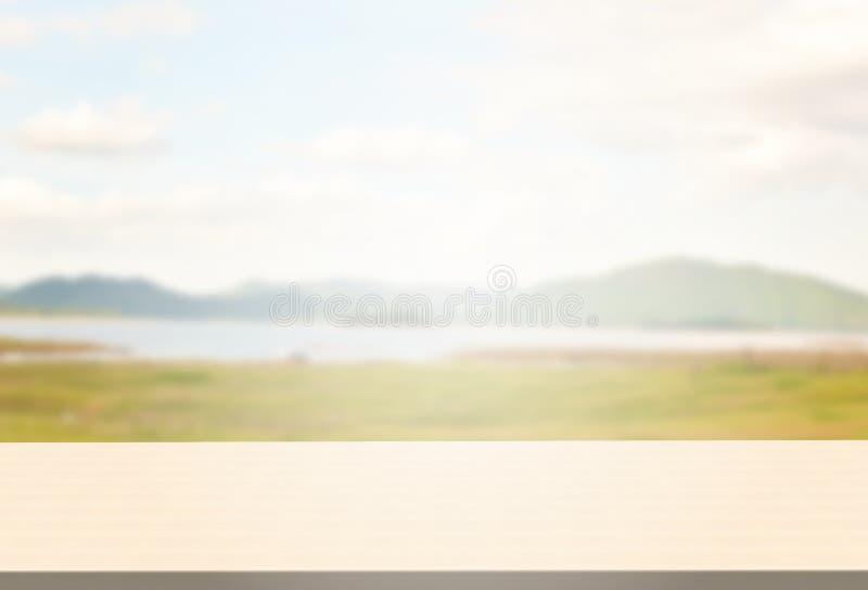 O tampo da mesa lustrado do vidoeiro em montanhas borradas ajardina o fundo imagens de stock