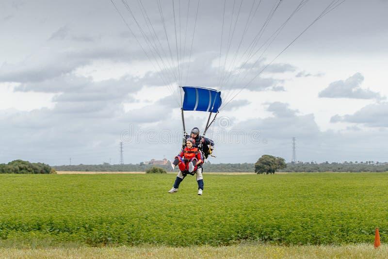 O Tandem salta em queda livre a aterrissagem em Sevilha spain imagens de stock