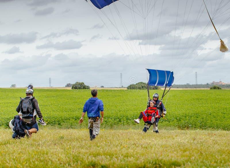 O Tandem salta em queda livre a aterrissagem em Sevilha spain foto de stock royalty free