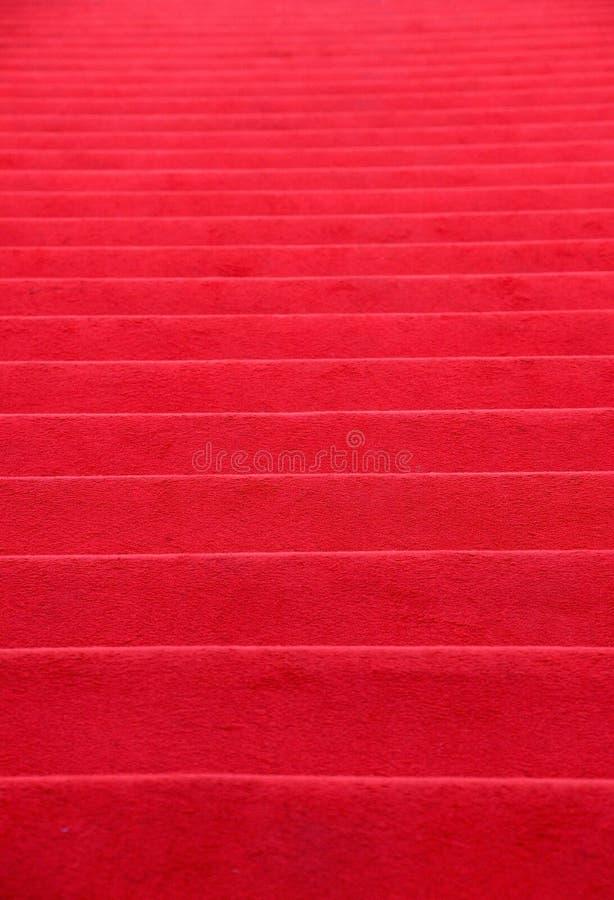 O tapete vermelho cobriu a perspectiva das escadas foto de stock royalty free