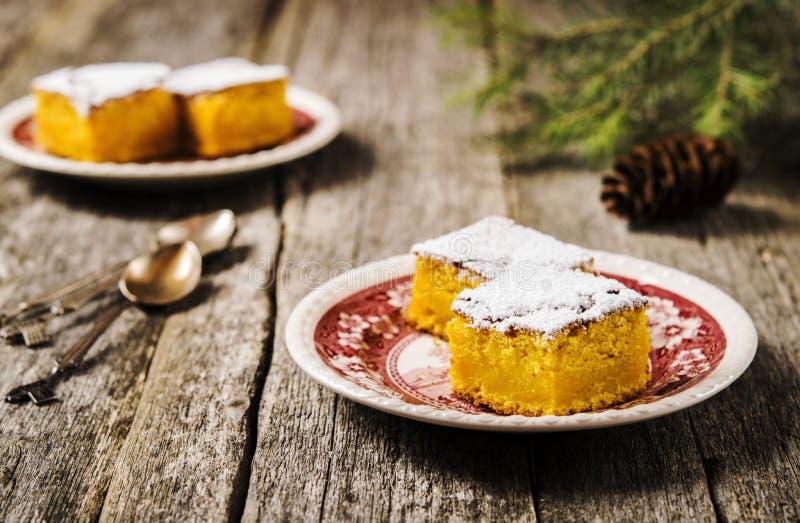 O tarte de abóbora úmido caseiro espanou com açúcar pulverizado e desbastou fatias foto de stock royalty free