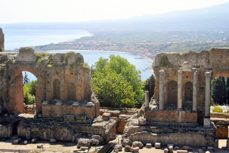 O teatro antigo de Taormina com Etna Mountain e o mediterra imagens de stock royalty free