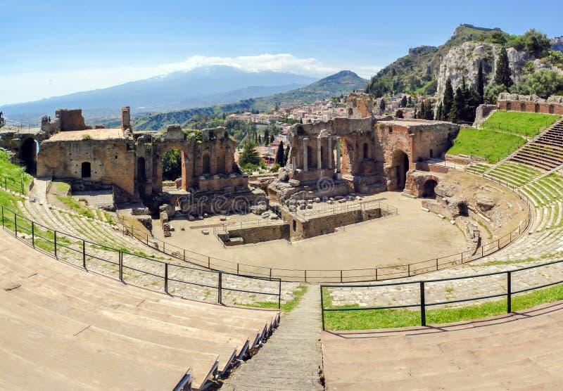 O teatro famoso e bonito do grego clássico arruina Taormina com o vulcão de Etna na distância foto de stock royalty free
