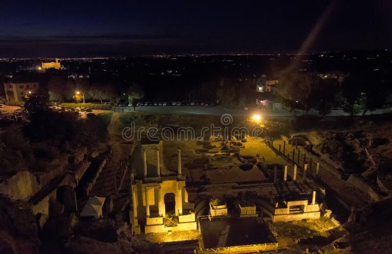 O teatro romano de Volterra na noite fotografia de stock