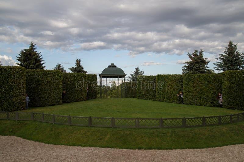 O teatro verde no jardim de le Palácio do  de RundÄ, Letónia fotos de stock