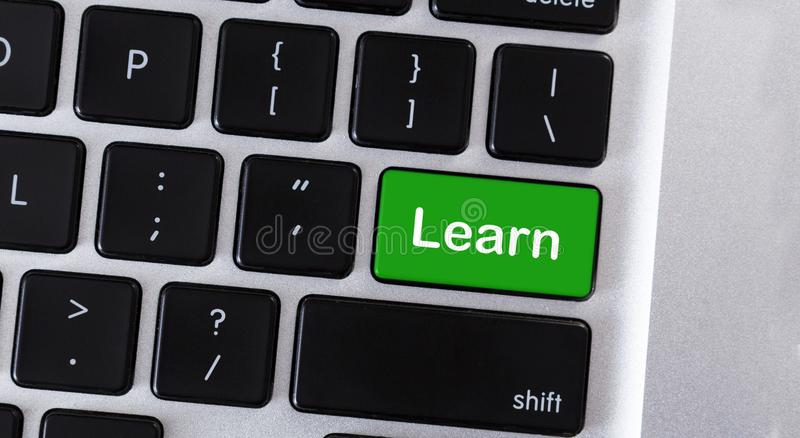 O teclado de computador com texto aprende na chave verde imagens de stock royalty free