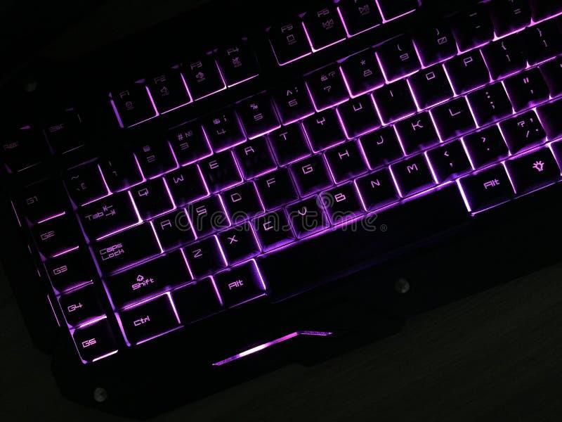 O teclado do jogo brilha com chaves multi-coloridas imagens de stock