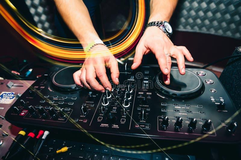 O telecontrole da música para a informação e a música de mistura no clube noturno com DJ entrega o close up fotografia de stock royalty free