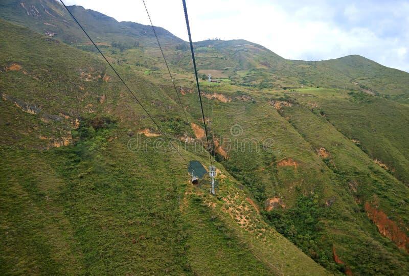 O teleférico de montada Telecabinas Kuelap sobre as cordilheiras à fortaleza de Kuelap arruina na região de Amazonas de Peru do n foto de stock royalty free