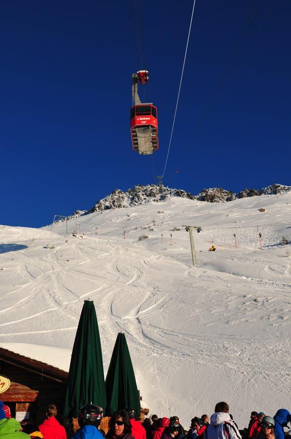 O teleférico de Rothorn acima do restaurante Scharmoin da montanha em Lenzerheide imagem de stock royalty free