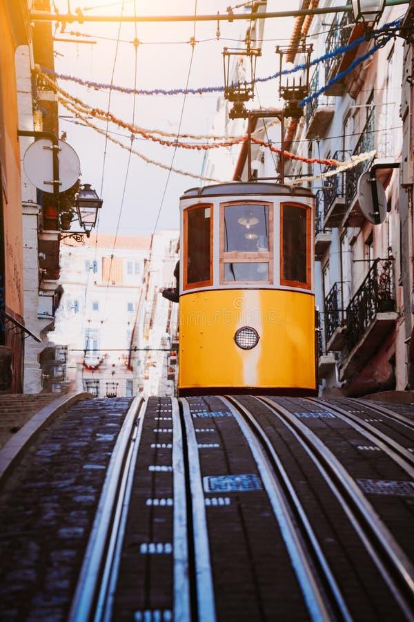 O teleférico do amarelo do ` s Gloria de Lisboa conduz abaixo da rua Lisboa, Portugal Lado oeste do Avenida a Dinamarca Liberdade foto de stock royalty free