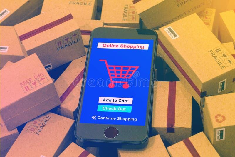 O telefone celular corre um app de compra em linha no cartão BO da embalagem imagens de stock royalty free