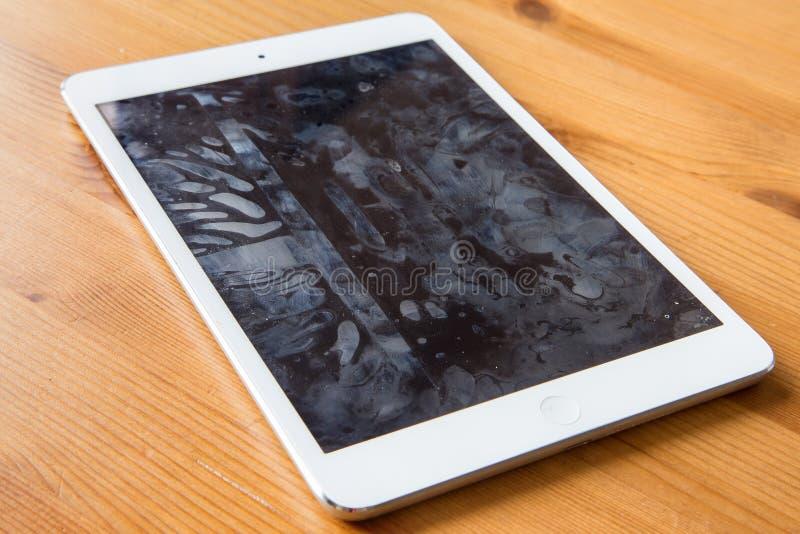O telefone celular esperto do tablet pc com as raias sujos no vírus de vidro das bactérias do tela táctil contaminou sanitized imagens de stock royalty free