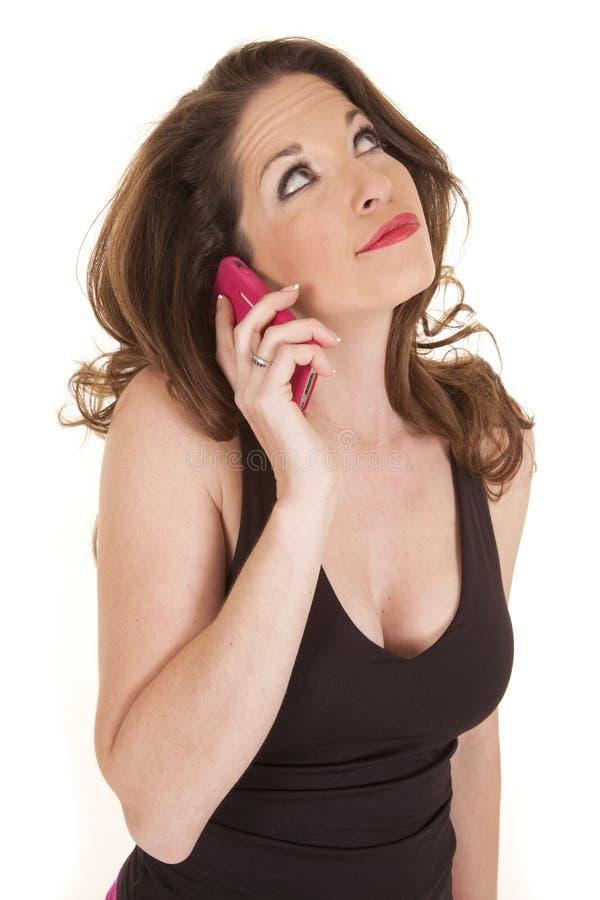 O telefone cor-de-rosa da mulher olha acima fotografia de stock