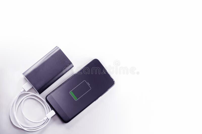 O telefone de Smartphone est? carregando do banco do poder imagens de stock