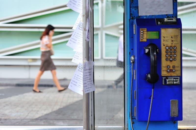 O telefone público velho de Tailândia com mulheres anda móbil da chamada imagem de stock