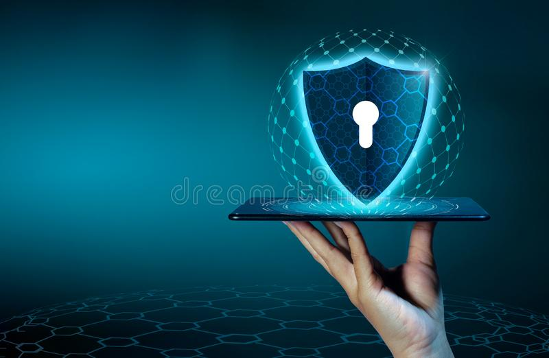O telefone Smartphone do Internet do protetor é protegido dos ataques do hacker, executivos da imprensa do guarda-fogo o telefone fotografia de stock
