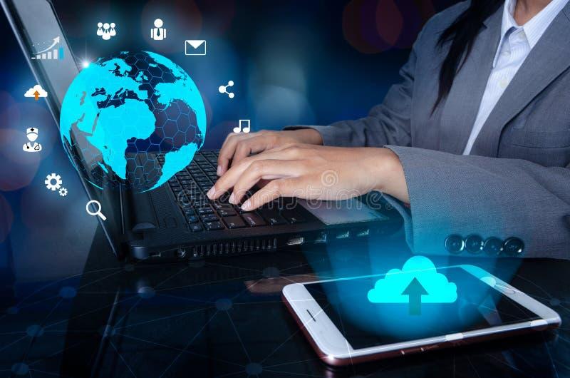 O telefone tem um ícone da nuvem Pressione entram no botão no computador mapa do mundo da rede de comunicação da logística de neg fotografia de stock royalty free